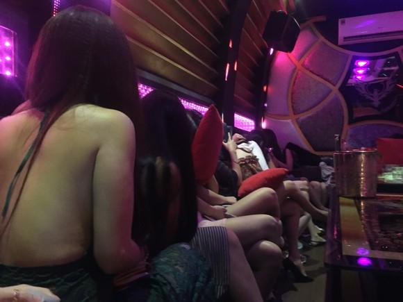 Đột kích nhà hàng, khách sạn ở trung tâm TPHCM, gần 100 nữ tiếp viên ăn mặc hở hang ảnh 4