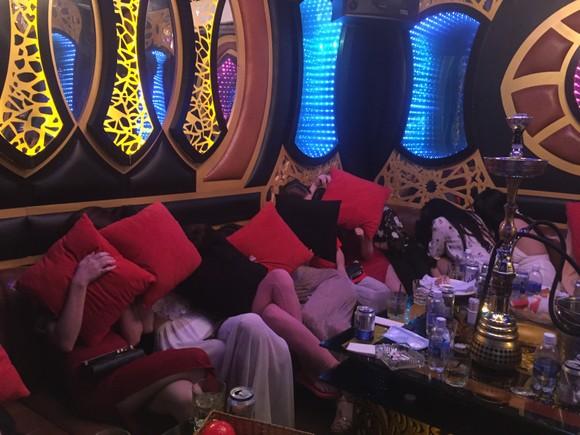 Đột kích nhà hàng, khách sạn ở trung tâm TPHCM, gần 100 nữ tiếp viên ăn mặc hở hang ảnh 3