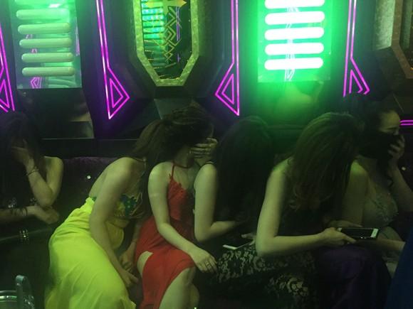 Đột kích nhà hàng, khách sạn ở trung tâm TPHCM, gần 100 nữ tiếp viên ăn mặc hở hang ảnh 16