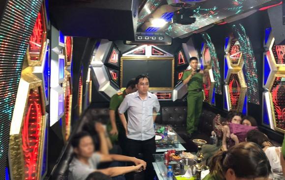 Đột kích nhà hàng, khách sạn ở trung tâm TPHCM, gần 100 nữ tiếp viên ăn mặc hở hang ảnh 17