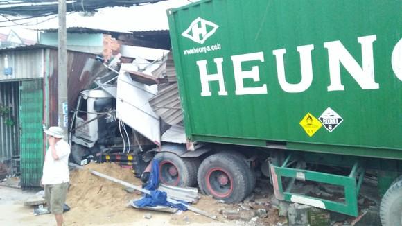 Tránh người đi bộ, xe container tông 6 nhà dân, nhiều người thoát chết ảnh 4