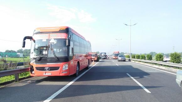 Tai nạn giữa xe ô tô và xe khách trên cao tốc, nhiều người thoát chết ảnh 6
