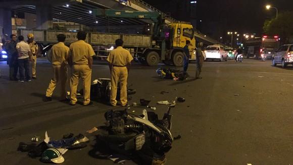 Nữ tài xế ô tô có biểu hiện say xỉn tông hàng loạt xe, một người chết ảnh 13