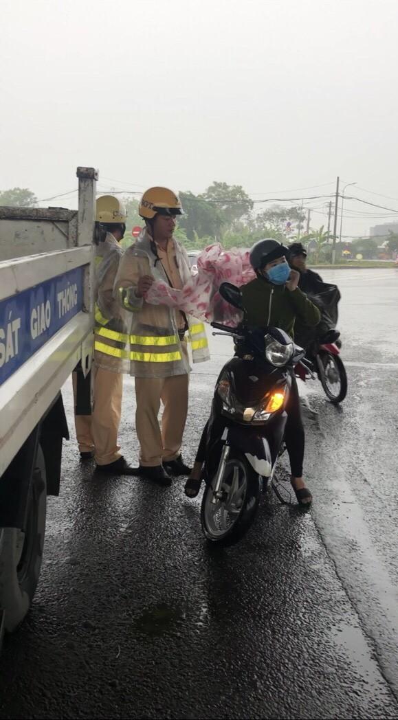 Lực lượng CSGT TPHCM để lại ấn tượng đẹp với người dân trong cơn bão số 9 ảnh 2