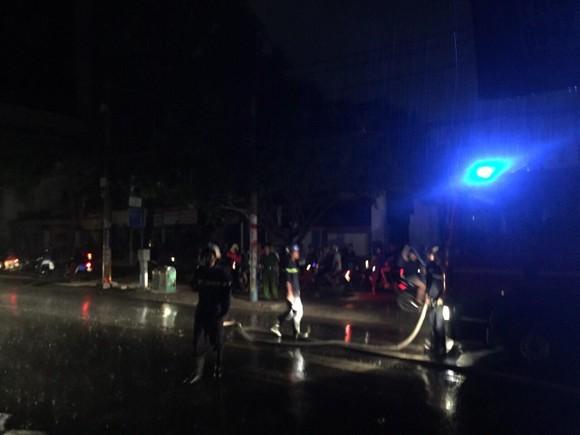 Trụ điện bốc cháy dữ dội kèm tiếng nổ ở khu dân cư, hàng chục người hoảng sợ ảnh 9