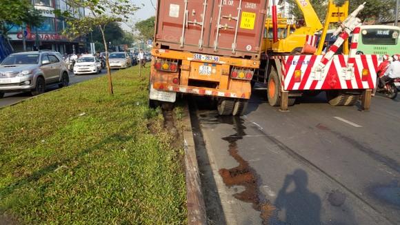 Xe container gặp sự cố giao thông ùn ứ gần 5 giờ đồng hồ ảnh 2