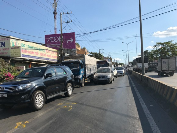 Xe ben tông lật ô tô trên quốc lộ 1K, nhiều người thoát chết ảnh 1