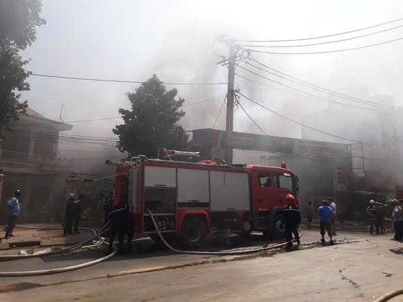 Cháy garage ở quận 2, nhiều người hoảng sợ ảnh 3
