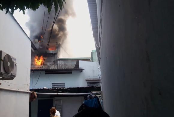 Cháy nhà giữa trưa, cả khu dân cư náo loạn ảnh 1