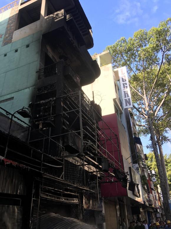 Giải cứu người phụ nữ mang thai mắc kẹt trong căn nhà bốc cháy dữ dội ảnh 7