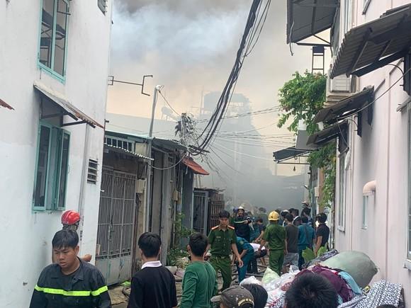 Cháy lớn ở quận Thủ Đức, khói đen bốc cao hàng chục mét ảnh 13
