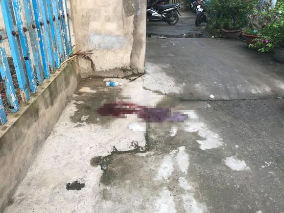 Một người tử vong trước nhà dân nghi bị trúng đạn ảnh 1