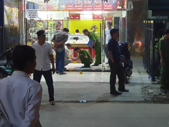 Công an TPHCM thông tin bắt 3 nghi can cướp tiệm vàng ở huyện Hóc Môn ảnh 1