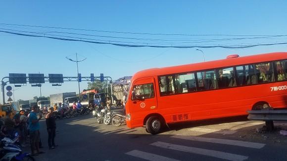 Va chạm giữa xe khách và xe tải, 5 người nhập viện  ảnh 2