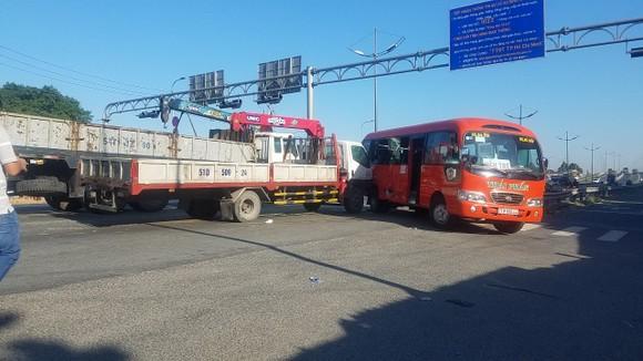 Va chạm giữa xe khách và xe tải, 5 người nhập viện  ảnh 4