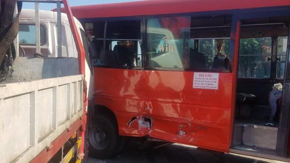 Va chạm giữa xe khách và xe tải, 5 người nhập viện  ảnh 1