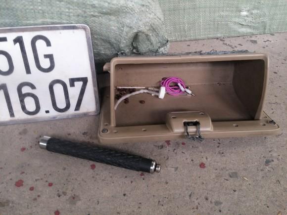 Ô tô bị nạn ngay cửa hầm Thủ Thiêm chứa hơn 15.000 gói thuốc lá lậu và dụng cụ 'chơi' ma túy ảnh 2