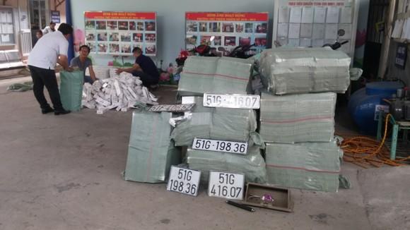 Ô tô bị nạn ngay cửa hầm Thủ Thiêm chứa hơn 15.000 gói thuốc lá lậu và dụng cụ 'chơi' ma túy ảnh 1
