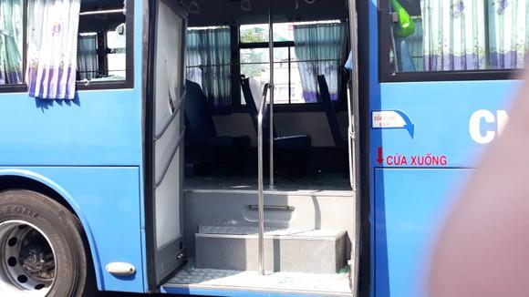 Nhóm thanh niên chặn xe buýt, đập phá khiến nhiều người hoảng sợ ảnh 2
