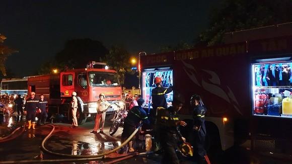 Cháy xe khách, giao thông ùn ứ kéo dài ở quận Tân Bình ảnh 1