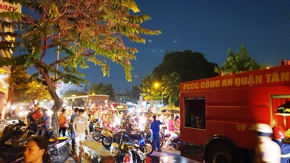 Cháy xe khách, giao thông ùn ứ kéo dài ở quận Tân Bình ảnh 7