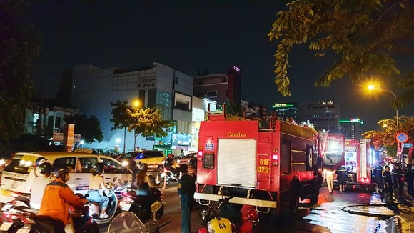 Cháy xe khách, giao thông ùn ứ kéo dài ở quận Tân Bình ảnh 4