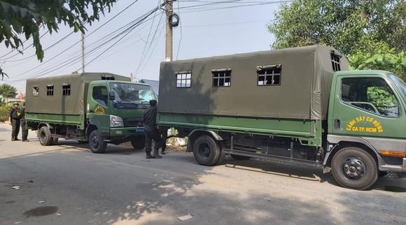 Xe của lực lượng tại khu vực vây bắt nghi phạm nổ súng bắn chết 5 người đang lẩn trốn. Ảnh: CHÍ THẠCH