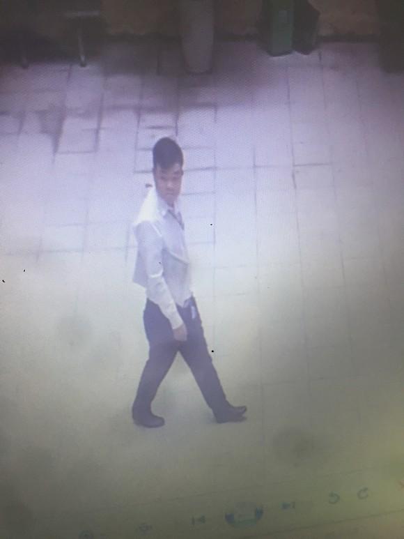 Người đàn ông ăn mặc lịch sự chuyên cạy cốp xe trộm cắp tài sản nơi công sở ảnh 2