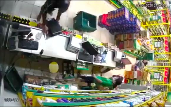 2 thanh niên nghi dùng súng khống chế nhân viên cửa hàng Bách Hoá Xanh cướp tài sản ảnh 2