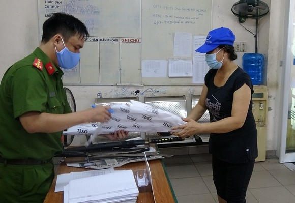 Người dân giao nộp vũ khí, được tặng 10kg gạo ảnh 1