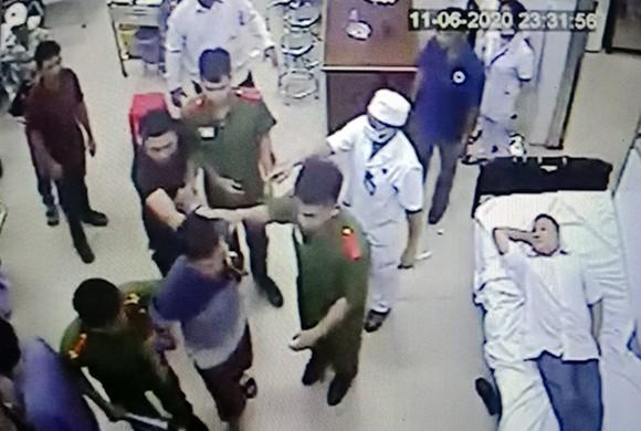Lực lượng công an đưa ông Chân về trụ sở làm việc