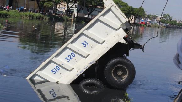 Xe ben lao xuống kênh Tàu Hủ, tài xế thoát chết ảnh 4