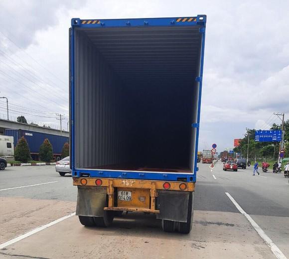 Cửa thùng xe container bị bung, đập nát cabin trạm thu phí Xa Lộ Hà Nội ảnh 1