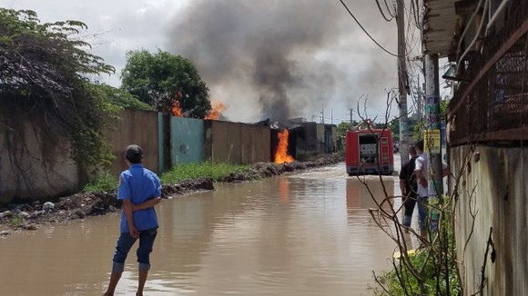 Bãi chứa phế liệu ở huyện Bình Chánh bốc cháy khói đen bốc cao hàng chục mét  ảnh 2
