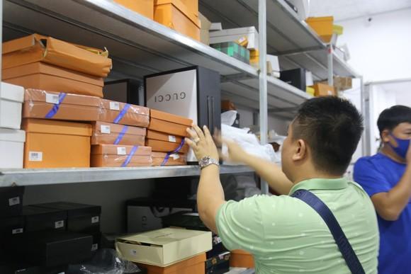 Cận cảnh kho 'hàng hiệu' nhập từ... chợ Đồng Xuân, chợ Lớn, chợ An Đông ảnh 7