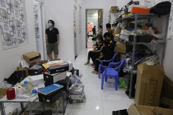 Cận cảnh kho 'hàng hiệu' nhập từ... chợ Đồng Xuân, chợ Lớn, chợ An Đông ảnh 15