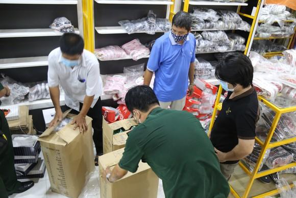 Cận cảnh kho 'hàng hiệu' nhập từ... chợ Đồng Xuân, chợ Lớn, chợ An Đông ảnh 14