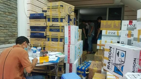 Phát hiện 2 kho hàng chứa thuốc lá nhập lậu và khẩu trang y tế cực lớn ở quận Tân Bình ảnh 4