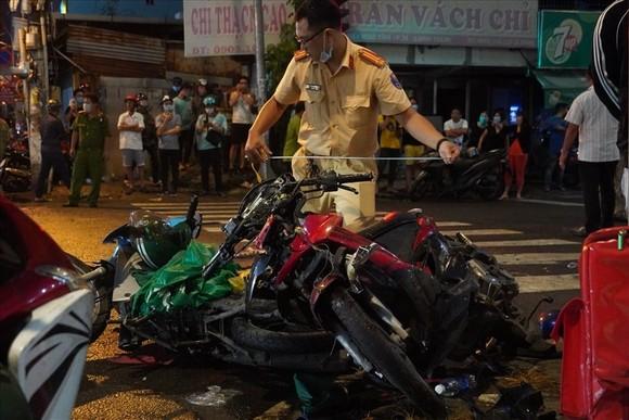 Nữ tài xế xe ô tô tông nhiều xe máy ở quận Bình Thạnh do đạp nhầm chân ga? ảnh 2