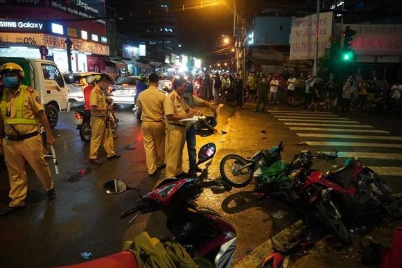 Nữ tài xế xe ô tô tông nhiều xe máy ở quận Bình Thạnh do đạp nhầm chân ga? ảnh 1