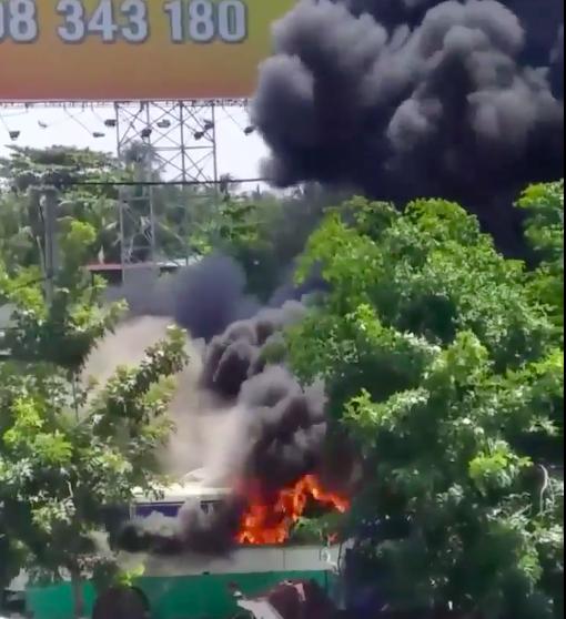 Cháy bãi giữ xe ở Bình Chánh, khói đen bốc cao hàng chục mét ảnh 3