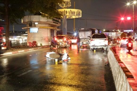 Xe ô tô 7 chỗ tông nhiều xe máy, ít nhất 3 người nhập viện cấp cứu ảnh 1