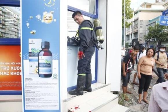 Một chiến sĩ Cảnh sát PCCC bị thương ở tay khi chữa cháy nhà dân ở quận 5
