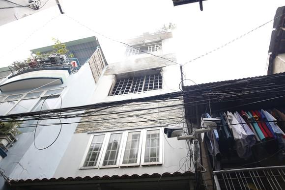 Một chiến sĩ cảnh sát PCCC bị thương khi chữa cháy ở nhà dân ảnh 1