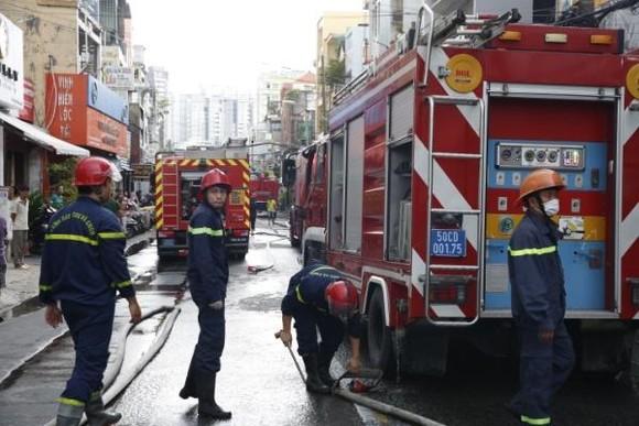 Một chiến sĩ cảnh sát PCCC bị thương khi chữa cháy ở nhà dân ảnh 3