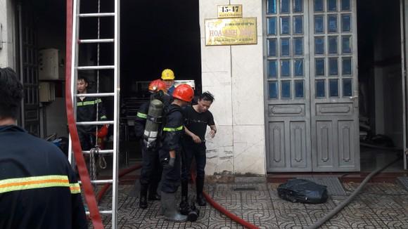 Giải cứu 2 người mắc kẹt trong đám cháy ở công ty tại quận Tân Bình ảnh 6