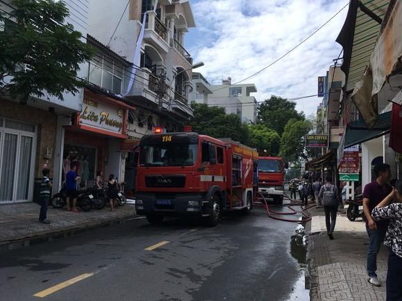Giải cứu 2 người mắc kẹt trong đám cháy ở công ty tại quận Tân Bình ảnh 5