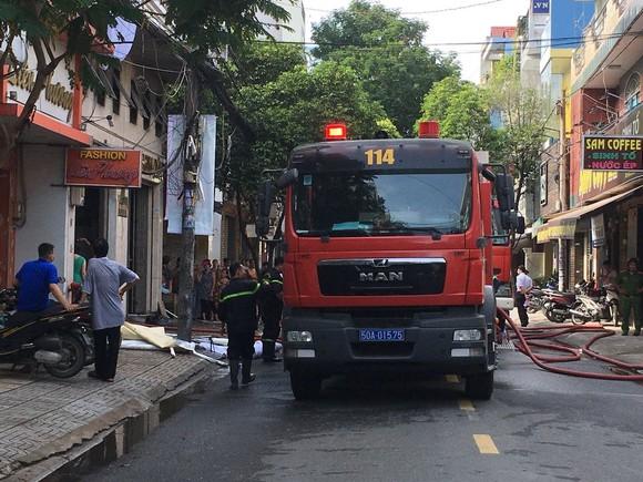 Giải cứu 2 người mắc kẹt trong đám cháy ở công ty tại quận Tân Bình ảnh 3