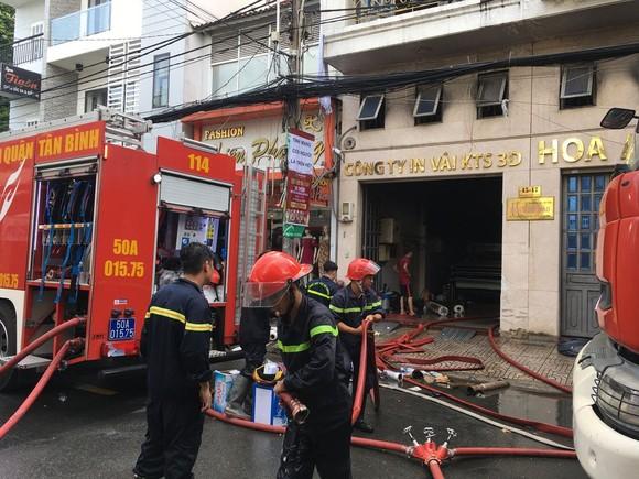 Giải cứu 2 người mắc kẹt trong đám cháy ở công ty tại quận Tân Bình ảnh 1