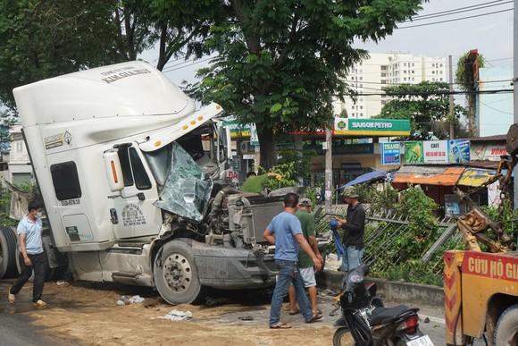 Xe container tông vào đuôi xe tải, hàng ngàn phương tiện 'chôn chân' trên quốc lộ 1  ảnh 1